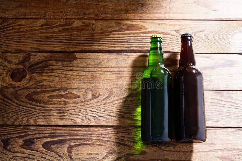 Bottiglie di birra su una tavola di legno Vista superiore Fuoco selettivo Derisione su Copi lo spazio mascherina blank fotografie stock