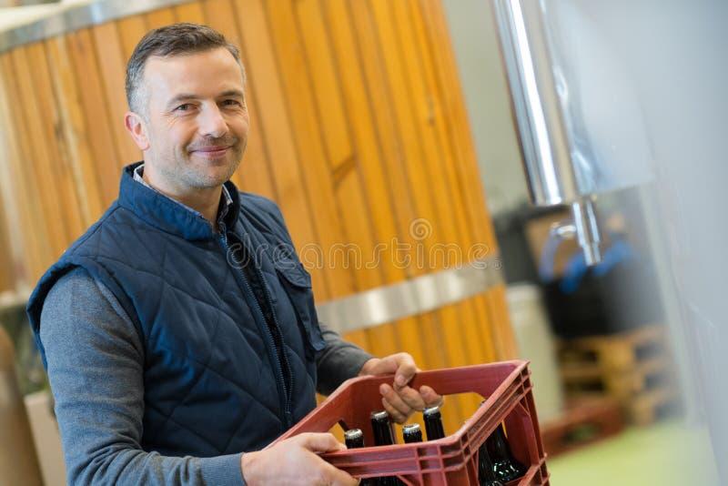 Bottiglie di birra di trasporto di fabbricazione al brweery fotografia stock