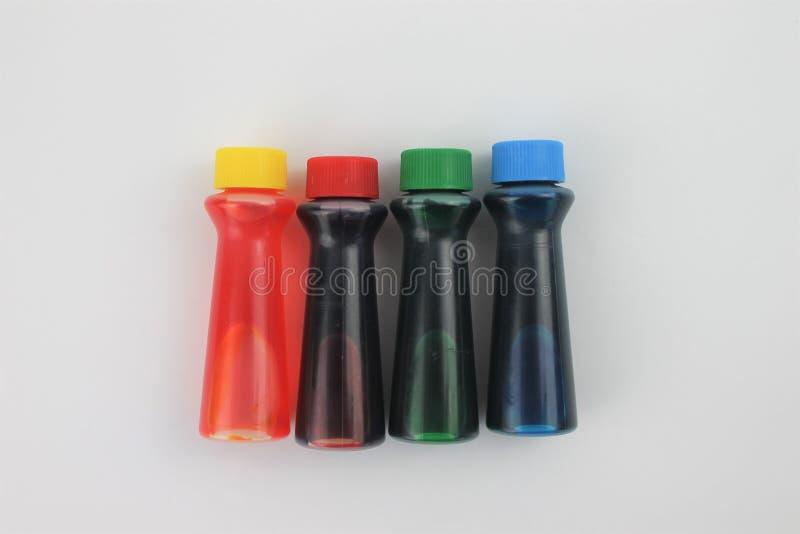 Bottiglie di colorante alimentare su un fondo bianco isolato fotografia stock libera da diritti