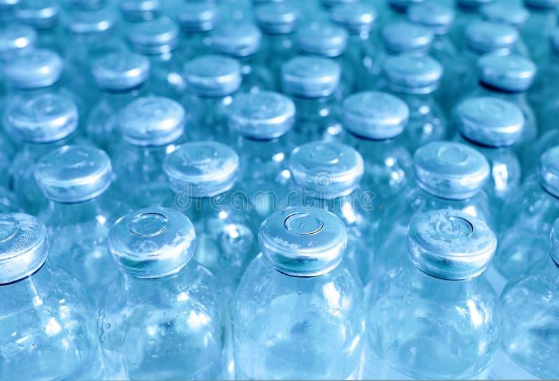 Bottiglie di medicina in una riga. immagine stock libera da diritti