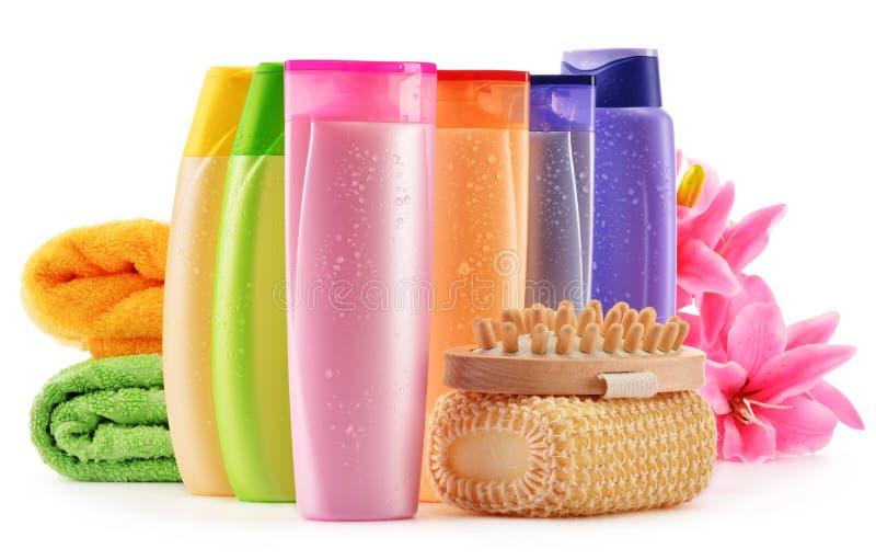 Bottiglie di plastica dei prodotti di cura e di bellezza del corpo fotografie stock libere da diritti