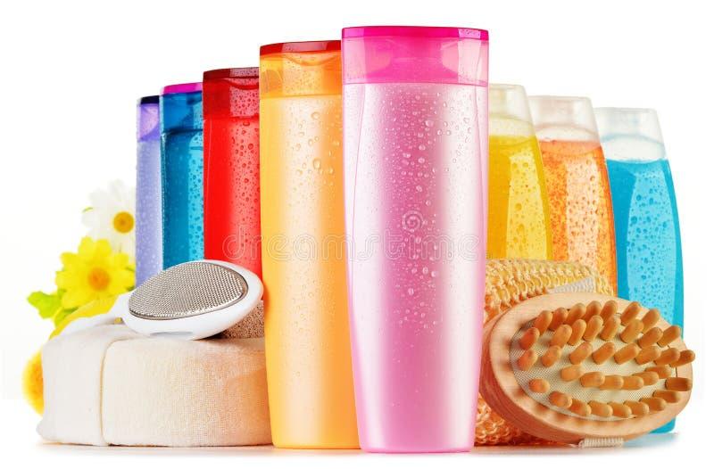 Bottiglie di plastica dei prodotti di cura e di bellezza del corpo immagine stock