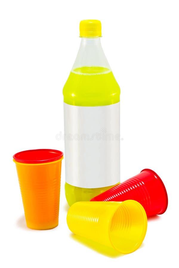 Bottiglie di plastica e tazze di plastica fotografie stock libere da diritti