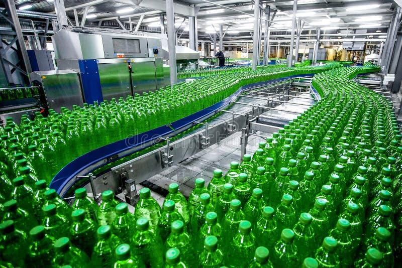 Bottiglie di plastica sulla linea della fabbrica immagine stock libera da diritti