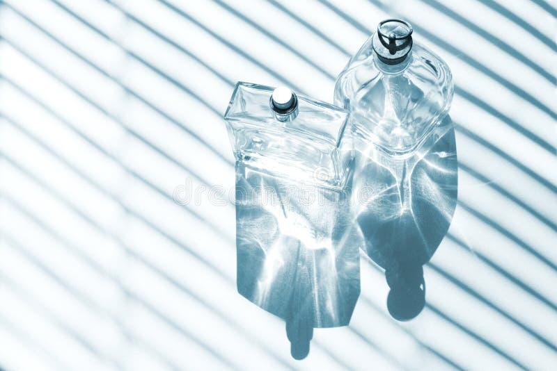 Bottiglie di profumo blu di vetro immagine stock libera da diritti