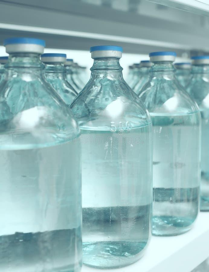 Bottiglie di stoccaggio di medicina all'ospedale immagini stock