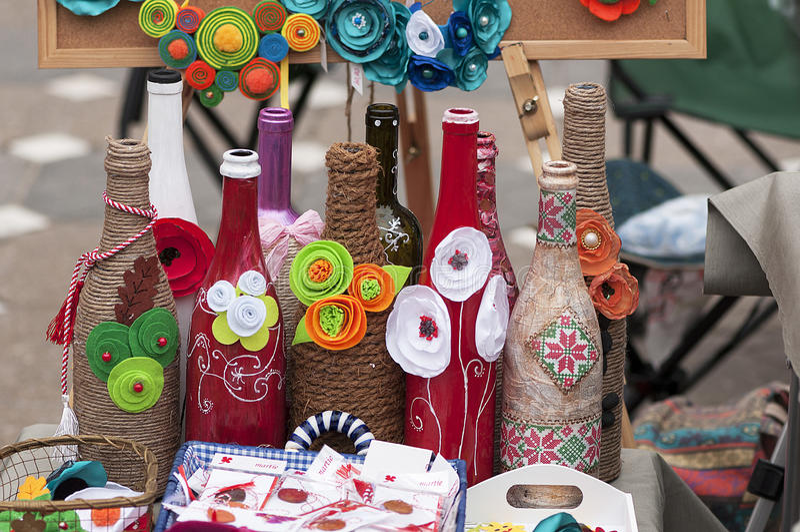 Bottiglie di vetro avvolte Celebrazione di Martisor fotografie stock libere da diritti