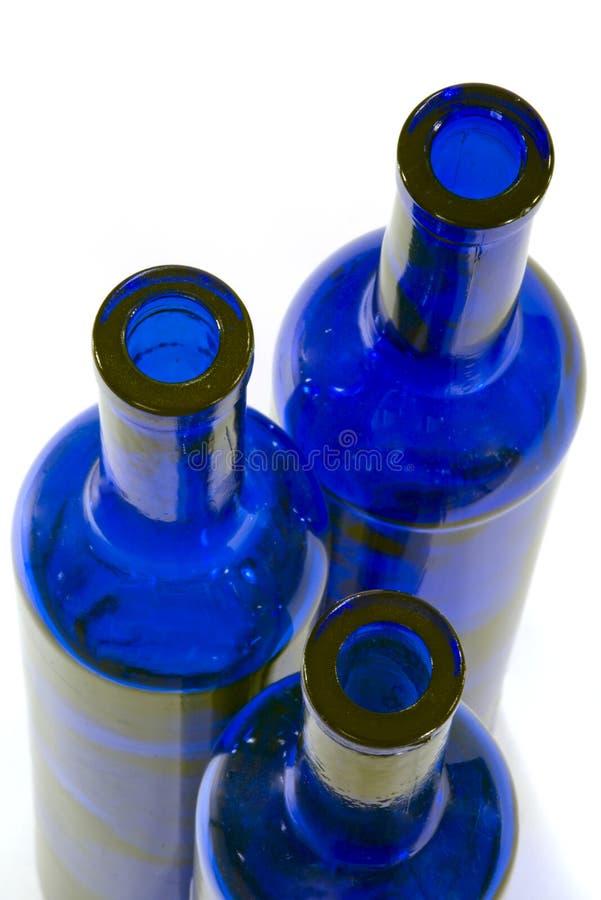 Bottiglie di vetro blu - parti superiori immagini stock