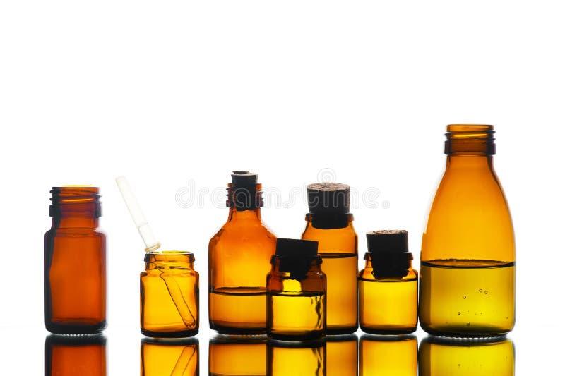 Bottiglie di vetro della varia medicina sui precedenti bianchi fotografie stock
