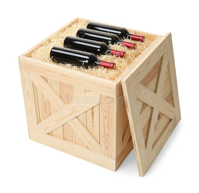 Bottiglie di vino in cassa di legno aperta isolata sopra immagine stock