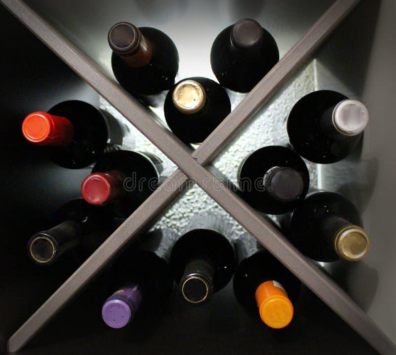 Bottiglie di vino con la lampadina fotografia stock
