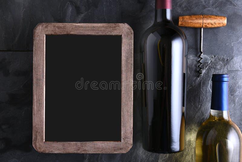Bottiglie di vino e lista di vino in bianco fotografie stock libere da diritti