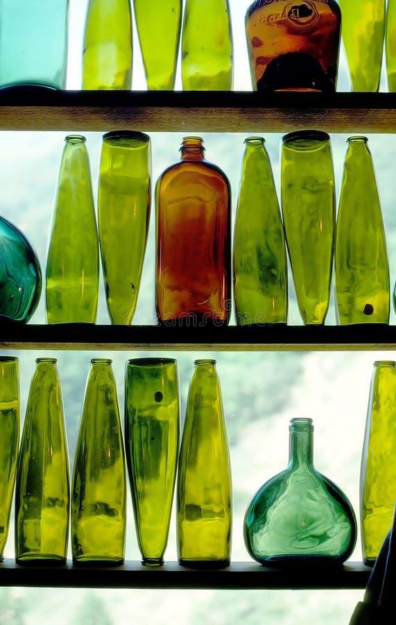 Bottiglie di vino in finestra fotografia stock libera da diritti