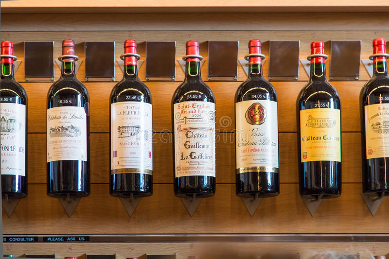 Bottiglie di vino francese fotografie stock libere da diritti