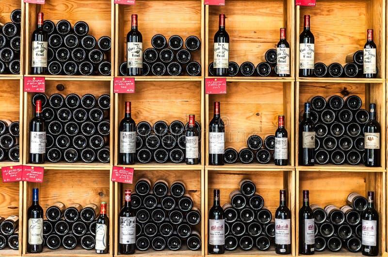 Bottiglie di vino nel deposito di Saint Emilion immagine stock