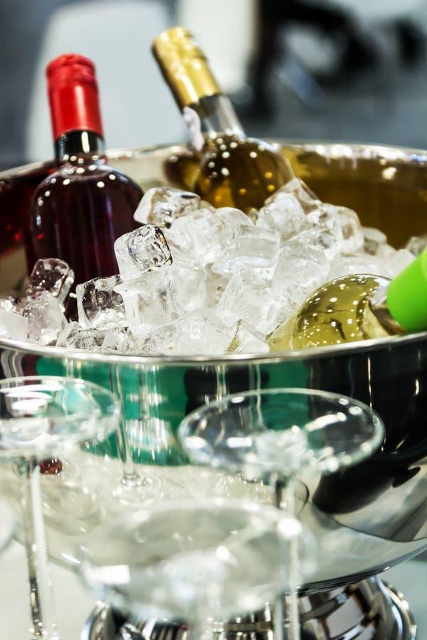 Bottiglie di vino nel ghiaccio all'assaggio fotografie stock libere da diritti
