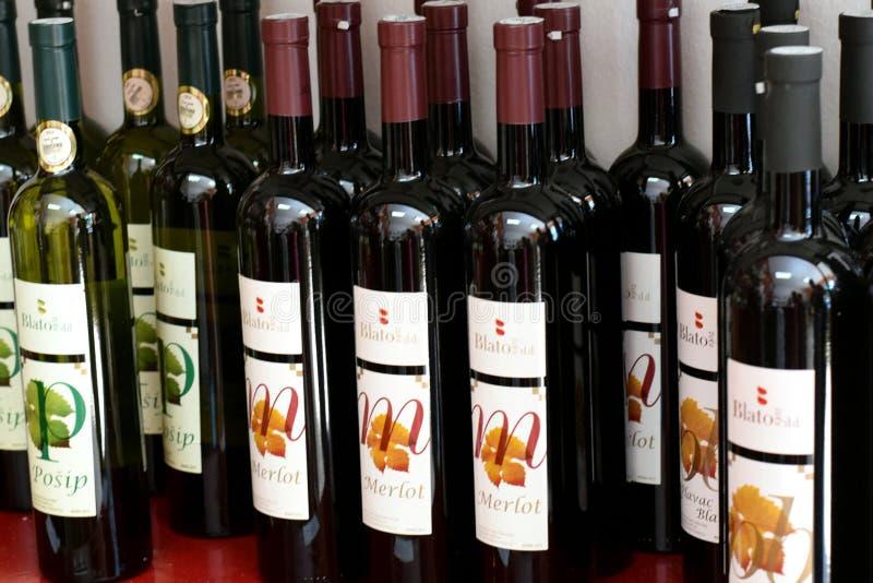 Bottiglie di vino, Posip e Merlot fotografia stock libera da diritti