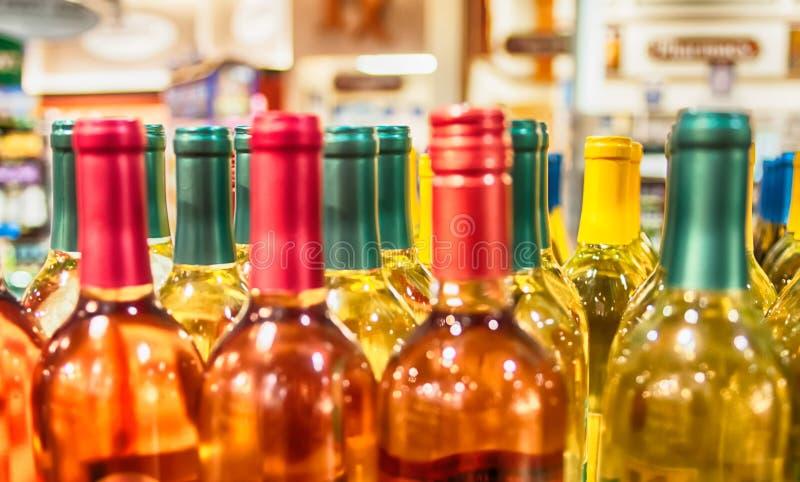 Bottiglie di vino sparate con profondità di campo limitata fotografie stock libere da diritti