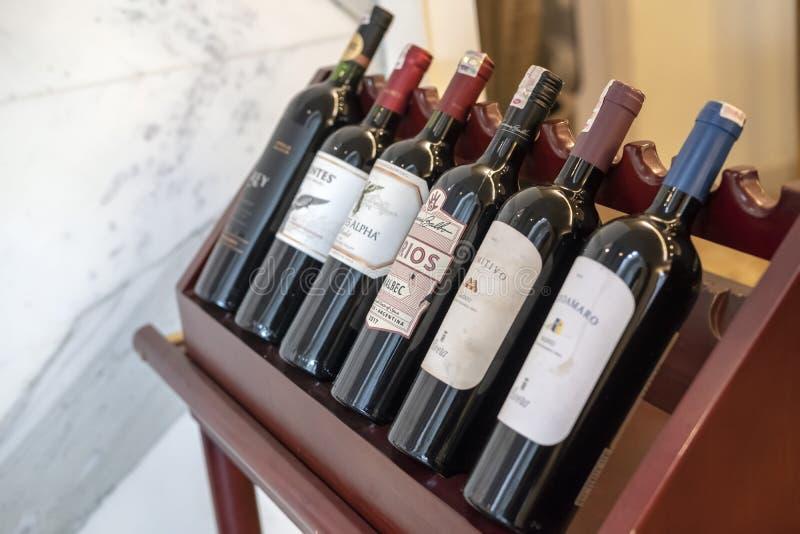 Bottiglie di vino su uno scaffale di legno fotografia stock libera da diritti