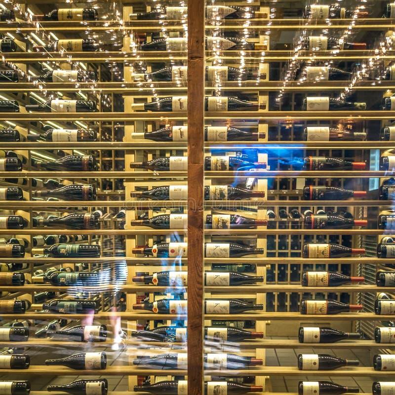 Bottiglie di vino sugli scaffali del vino in un ristorante immagine stock libera da diritti
