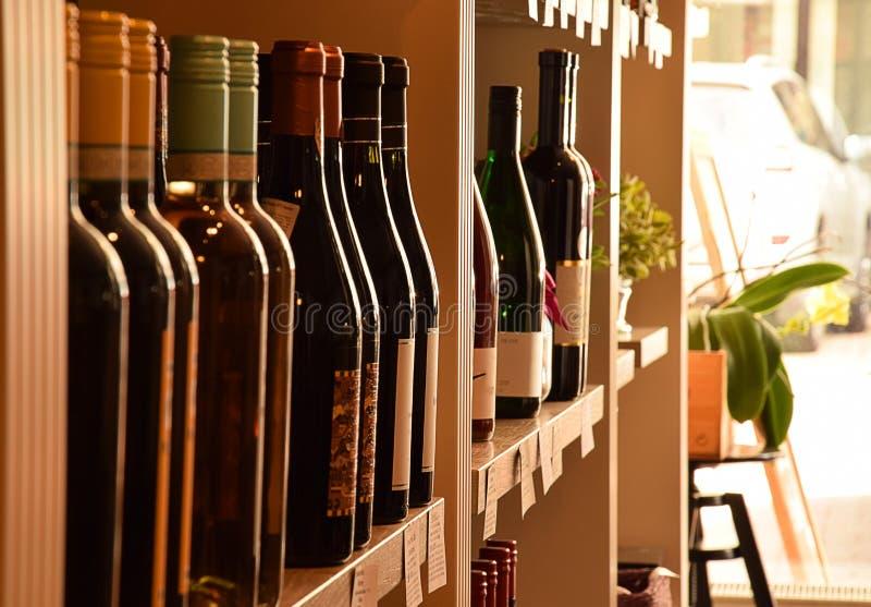 Bottiglie di vino sullo scaffale di legno fotografia stock