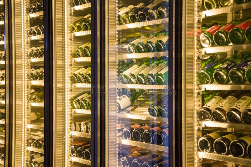 Bottiglie di vino in una mensa immagini stock