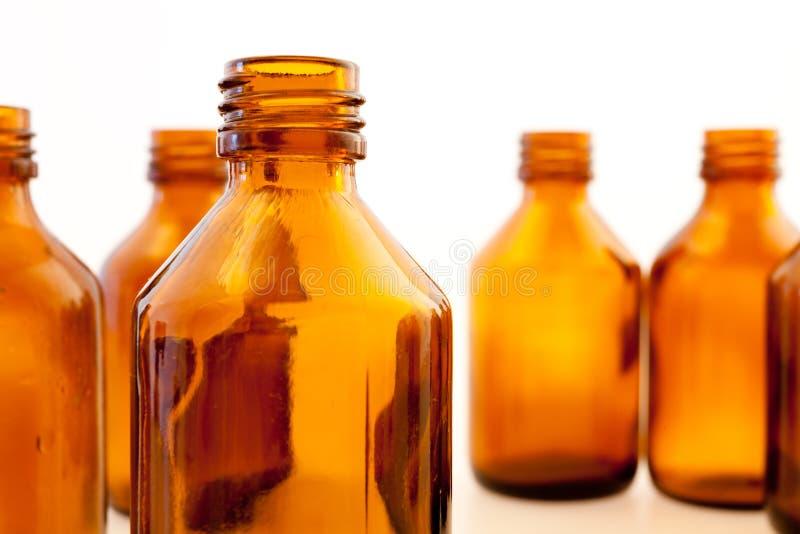 Bottiglie farmaceutiche del Brown immagini stock