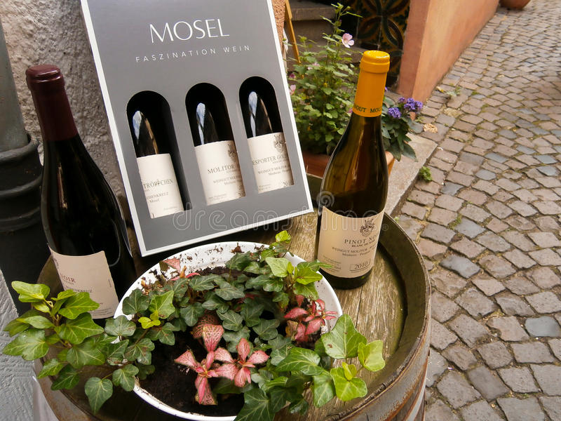 Bottiglie rosse e bianche di vino immagini stock