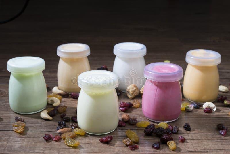 Bottiglie sane del yogurt con i dadi fotografia stock libera da diritti