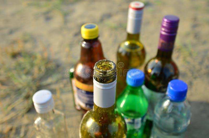 Bottiglie sulla sabbia, primo piano fotografia stock