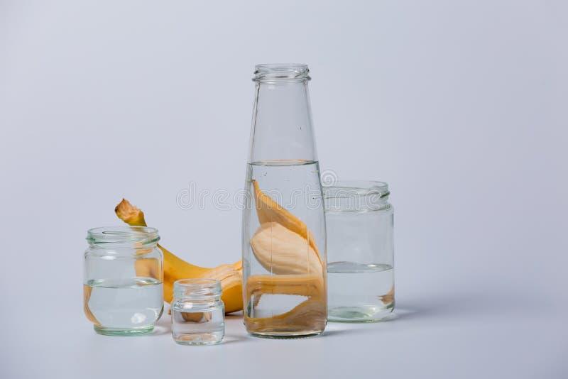 Bottiglie trasparenti di vetro e frutti fotografia stock