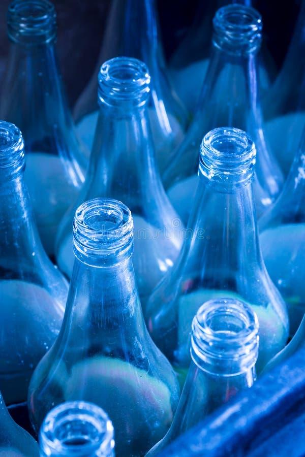 Bottiglie utilizzate che aspettano riutilizzazione immagine stock