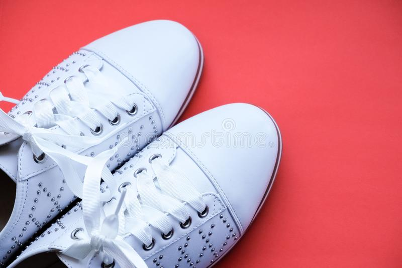 Bottines à la mode ?quipement ?l?gant Plan rapproché des bottes en cuir blanches élégantes d'isolement Style de vie de ville Mode photos libres de droits