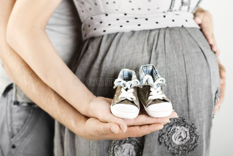 Bottini appena nati del bambino in mani dei genitori Fine in su immagine stock