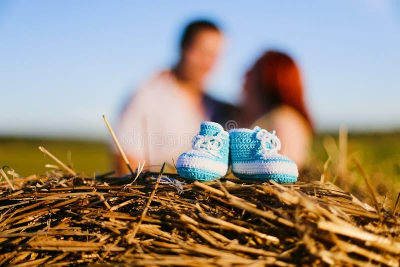 Bottini del bambino e coppie incinte nel campo fotografie stock libere da diritti