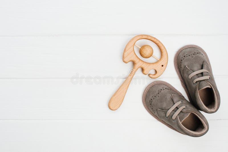 Bottini del bambino e giocattolo di legno dell'elefante del beanbag su fondo di legno bianco immagine stock libera da diritti