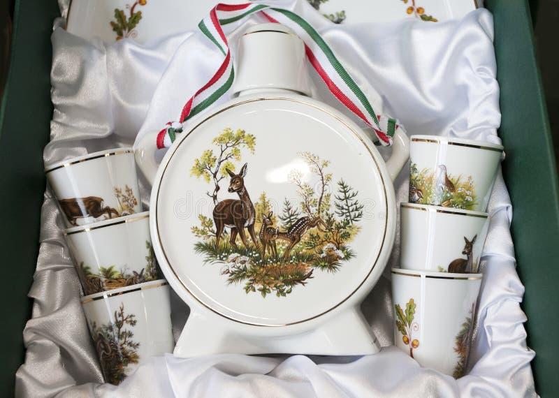 Bottl fait main de palinka d'eau-de-vie fine de porcelaine de cadeaux hongrois originaux photo stock