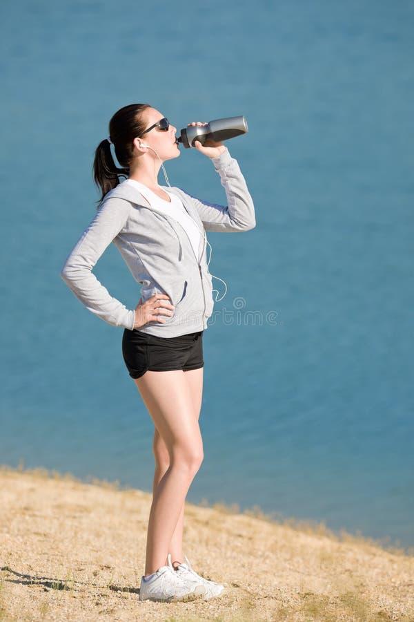 bottle för sportsommaren för drinken den fit kvinnan för vatten arkivfoto
