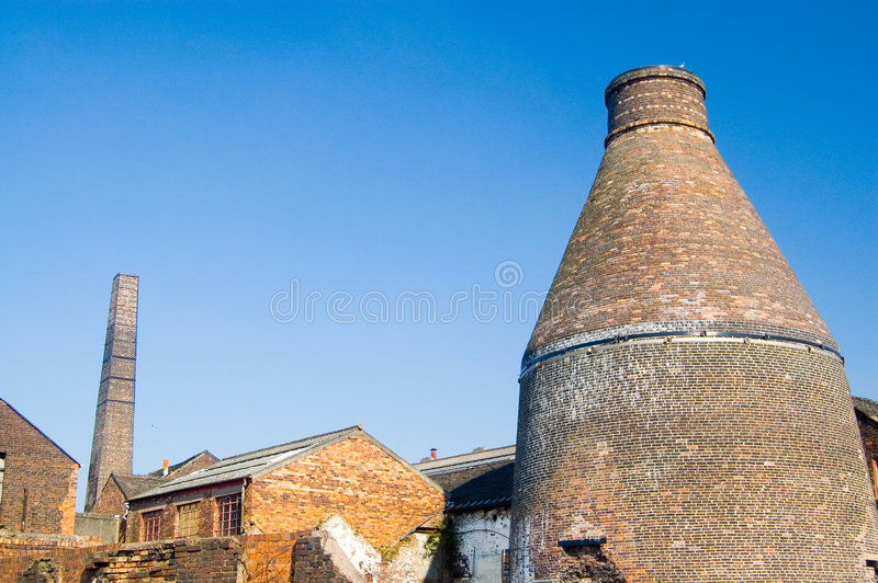 Bottle kiln and old pottery. A bottle kiln bottle oven, at an old pottery factory, at middleport,near stoke-on-trent, staffordshire, united kingdom stock images