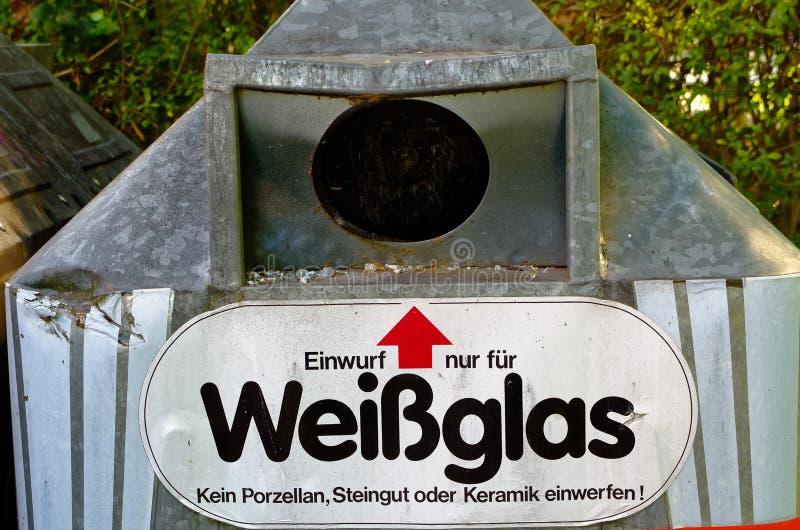 Bottlebank de Alemania con instrucciones tales como el Bottlebank se debe llenar para aclarar el reciclaje de materias primas fotos de archivo libres de regalías