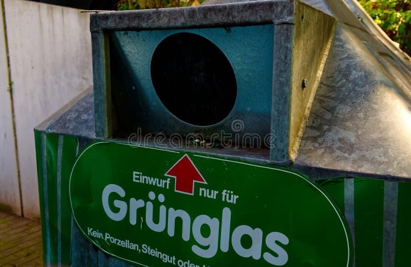 Bottlebank de Alemania con instrucciones tales como el Bottlebank se debe llenar para aclarar el reciclaje de materias primas imagen de archivo
