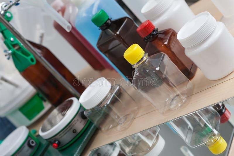 bottles laboratoriumet arkivfoto