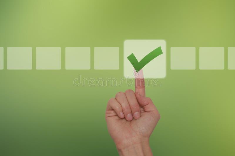 Bottone commovente della mano femminile e casella di controllo di ticchettio fotografie stock