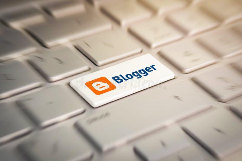 Bottone con il blogger di logo della società sulla tastiera grigia di un computer portatile moderno immagine stock libera da diritti