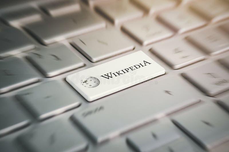 Bottone con il logo Wikipedia della società sulla tastiera grigia di un computer portatile moderno immagini stock libere da diritti