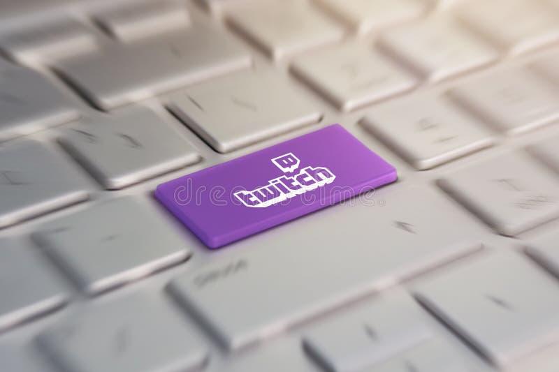 Bottone con il logo youtube della società sulla tastiera grigia di un computer portatile moderno fotografie stock