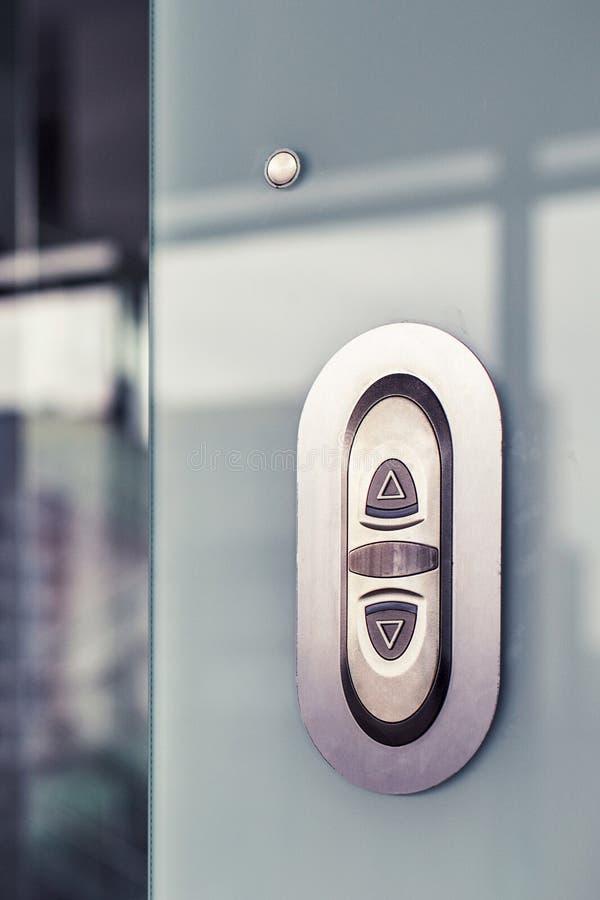 Bottone dell'elevatore Sulla parete di vetro moderna fotografie stock