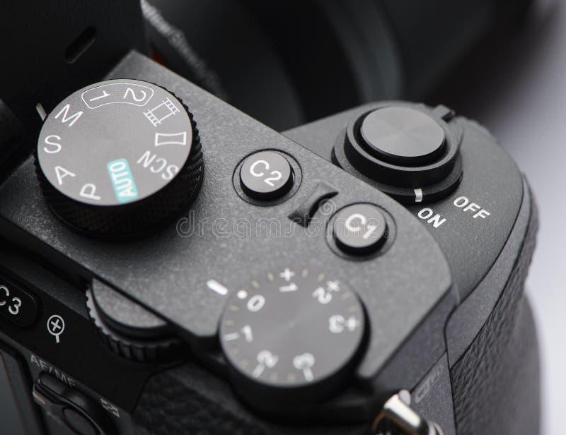 Bottone dell'otturatore sulla macchina fotografica mirrorless fotografia stock libera da diritti