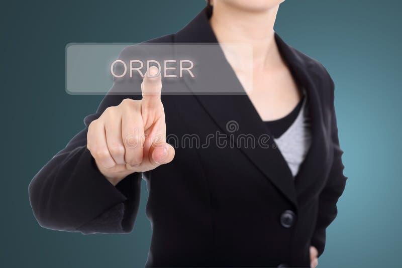 Bottone di ordine di tocco della donna di affari fotografia stock libera da diritti