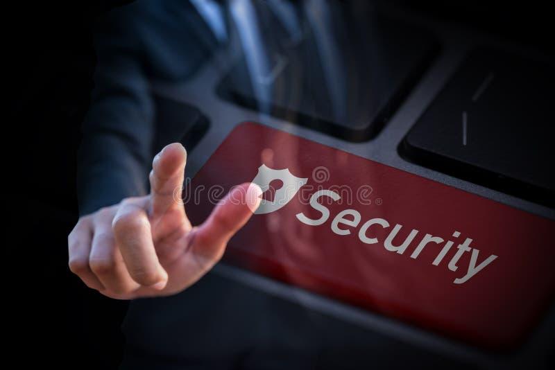 Bottone di sicurezza di Touch dell'uomo d'affari astuto sulla tastiera fotografia stock